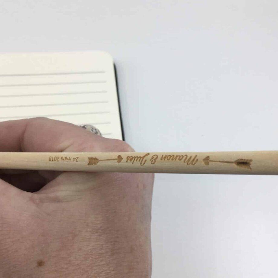 Mains et crayon flèche