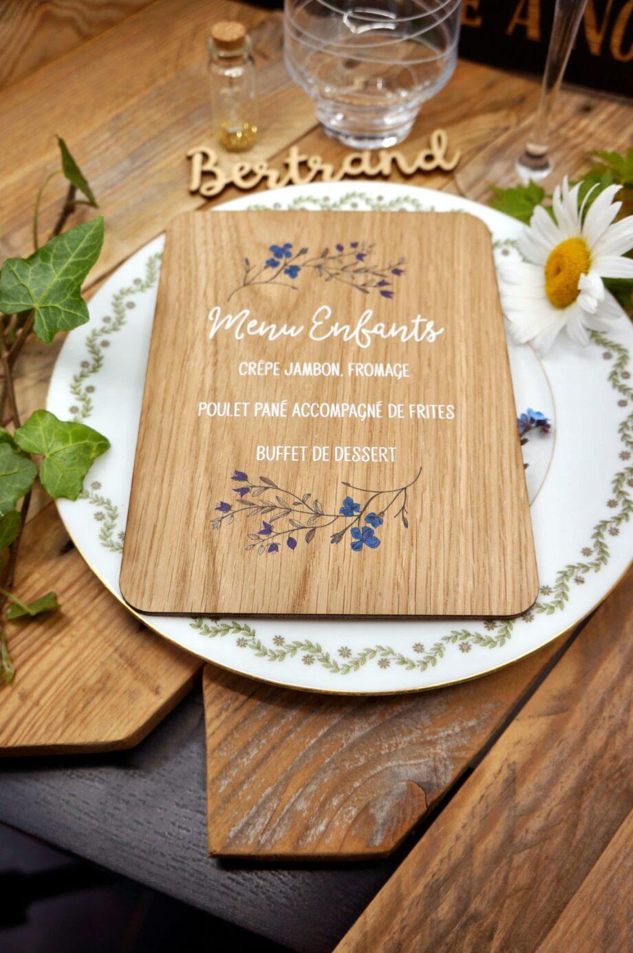 menu en bois fleurs bleues