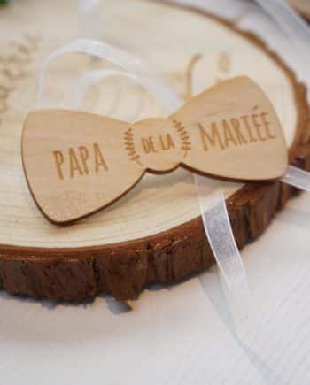 badge noeud papillon bois pour accompagner les mariés